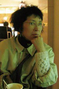 1940年、東京都生まれ。1963年桑沢デザイン研究所卒業。同研究所で写真家・大辻清司の授業を受け、写真家の道に進む。1966年から1978年まで、桑沢デザイン研究所及び東京造形大学で講師を務める。1978年よりフリーランスの写真家として働く。主な写真集に、『Chinese people』(私家版)や『冷蔵庫 ICE BOX』(BeeBooks)、『HATS』(パロル舎)がある。最近では、本と本の置かれている環境を主題にして、20年以上撮りためた写真を3つの主題にまとめた「BIBLIOTHECAシリーズ」『みすず書房旧社屋』(2016, 幻戯書房 )や『先生のアトリエ』(2017, 幻戯書房)、『本の景色』(2017, 幻戯書房)を刊行。夫は写真家・作家の島尾伸三、長女は漫画家・エッセイストのしまおまほ。