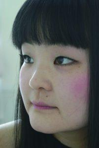フォトアーティスト 澤田 知子 さわだ ともこ 1977年神戸市生まれ。成安造形大学写真クラス研究生を修了、現在は同大学客員教授であり関西学院大学の非常勤講師も務める。キヤノン写真新世紀の審査員を務め海外でも審査員として写真に関わっている。学生の頃よりセルフポートレイトの手法を使い作品を通して内面と外見の関係性をテーマに作品を展開している。デビュー作《ID400》が200年度キヤノン写真新世紀特別賞、2004年に木村伊兵衛写真賞、NY国際写真センター ICP's The 20th Annual Infinity Awards Young Photographerなど受賞多数。ニューヨーク、ロサンジェルス、ベルギー、パリ、ウィーンなど世界中で展覧会を開催。2012年にAndy Warhol Museum « Factory Direct: Pittsburgh » レジデンスプロジェクトに参加。出版物は、写真集の他に絵本などもある。