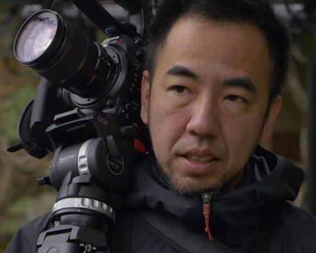 岸田 浩和 Hirokazu KISHIDA(ドキュメンタリー監督、映像記者)光学メーカー勤務を経て独立。株式会社ドキュメンタリー4を立ち上げ、ニュースメディア向けの映像取材や短編ドキュメンタリー制作を行っている。シネマカメラを用いたラン&ガンスタイルの撮影と、ナレーションを用いない編集が特徴。2012年の初作品「缶闘記」が、5カ国8カ所の映画祭で入賞・入選。京都の料亭を題材にした「SAKURADA Zen Chef」は、NYC Food Film Festival 2016で最優秀短編賞と観客賞を受賞した。広告分野では、Googleや妙心寺退蔵院などのプロモーション映像制作に携わっている。少人数で作るノーナレーション・ドキュメンタリーを特徴に、企業ブランディングや人事政策向けの映像にも携わる。「イガンム FC奮闘記」「ミャンマーを癒すクレイジー・ドクター」等。
